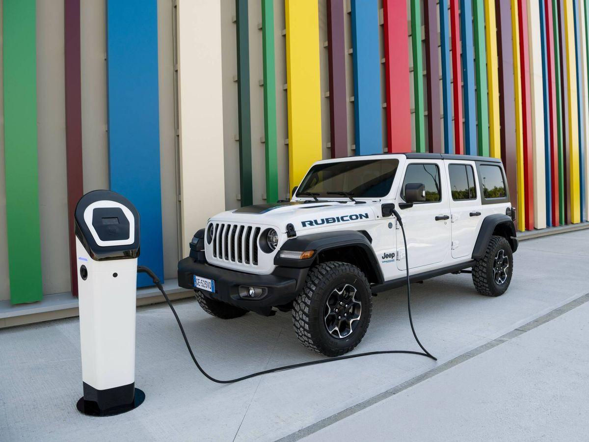 Foto: El Jeep Wrangler 4xe permite recargar su batería de 17,4 kWh en dos horas y media usando una toma de 7,4 kW.