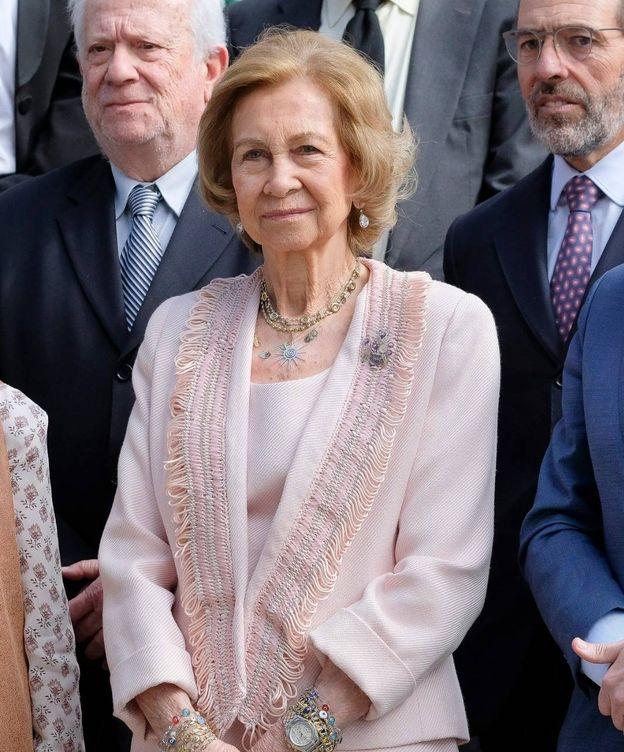 Foto: La reina Sofía, luciendo el collar con las iniciales de su familia. (Cordon Press)