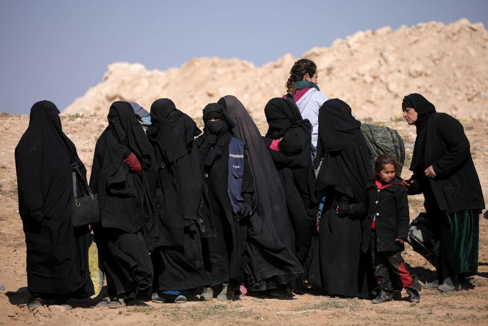 Foto: Mujeres que huyen del frente en la lucha contra Daesh, en Deir al Zor, Siria. (Reuters)