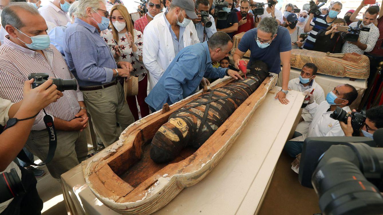 Foto: Momento de la apertura del sarcófago por las autoridades egipcias. Foto: EFE EPA KHALED ELFIQI