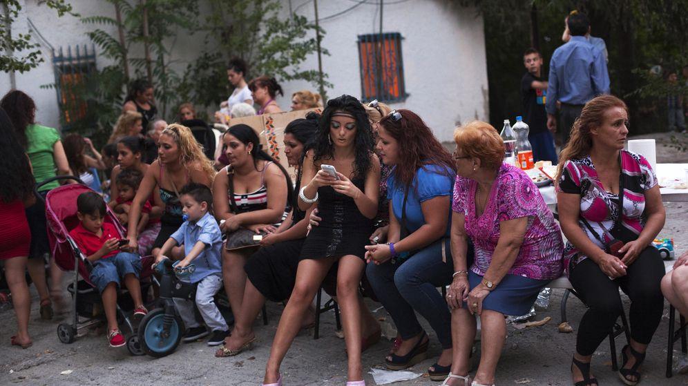 Foto: Un grupo de mujeres se reúne para celebrar una boda en un poblado gitano de Madrid. (Reuters)