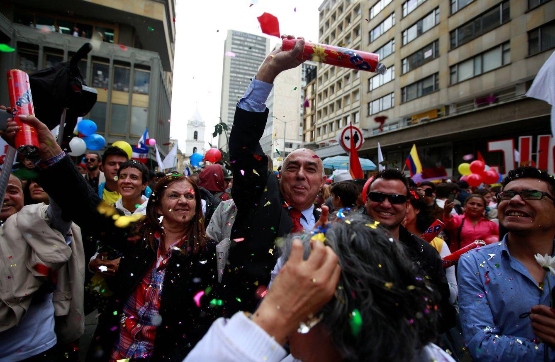 Foto: Colombianos celebran la firma del acuerdo de paz con las FARC, en Bogotá, el 23 de junio de 2016 (Reuters).