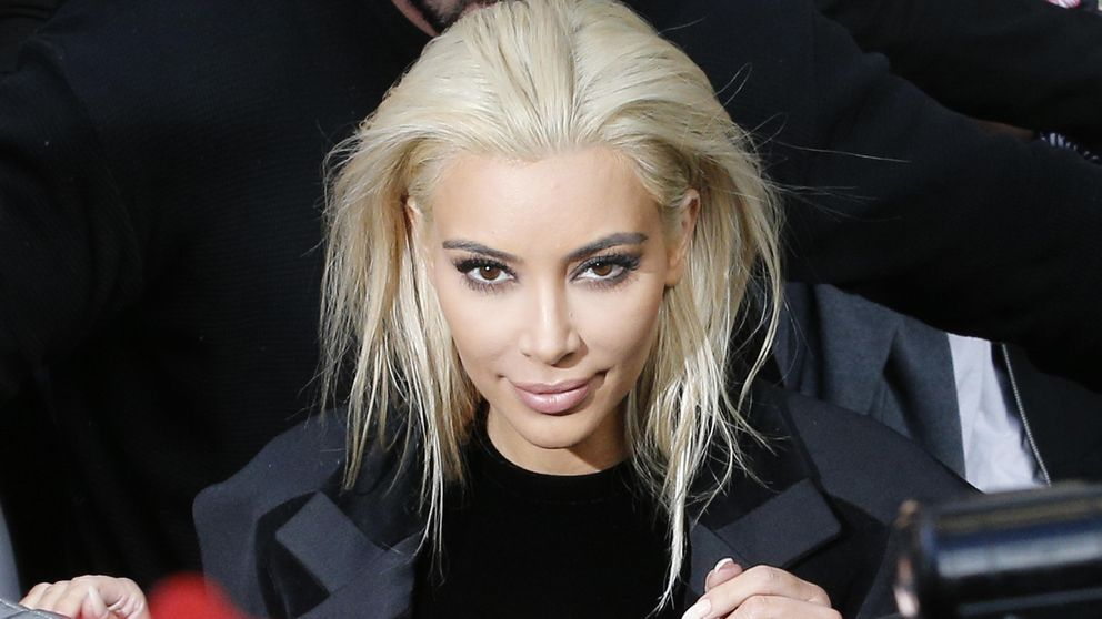 Kim Kardashian irreconocible: se tiñe de rubia  y enseña escotazo