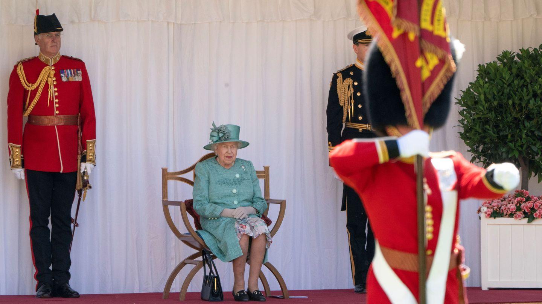 La reina Isabel, presenciando el desfile militar con motivo de su cumpleaños. (Reuters)