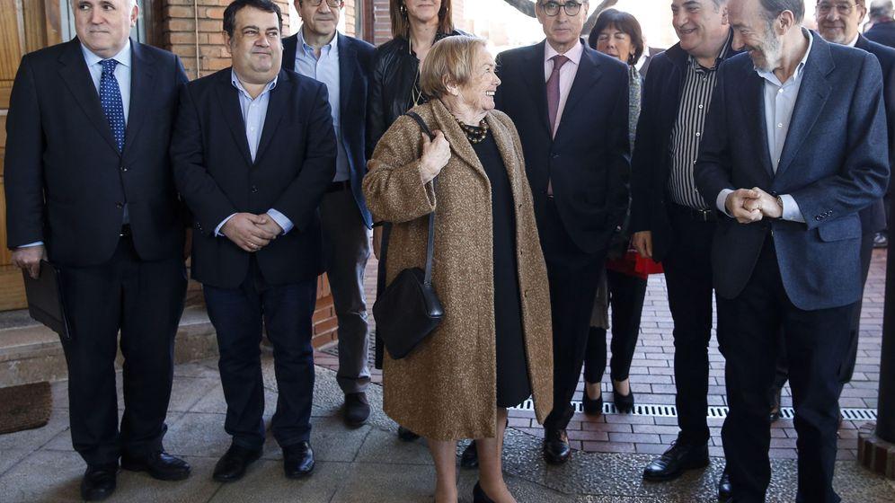 Foto: El ex secretario general del PSOE Alfredo Pérez Rubalcaba (d) conversa con María Teresa Castells. (EFE)