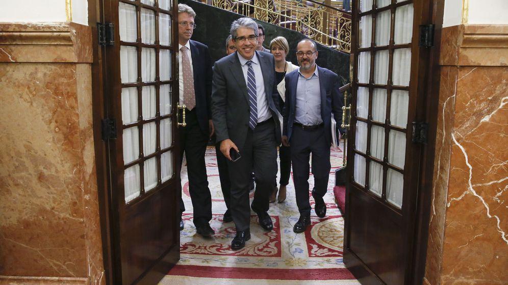 Foto: El portavoz del PDECat en el Congreso de los Diputados, Francesc Homs, a su salida del pleno tras aceptarse su suplicatorio. (EFE)