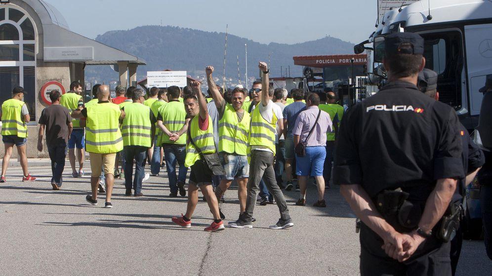 Foto: Un grupo de estibadores en huelga en el Puerto de Vigo. (EFE)