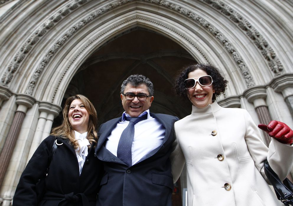 Foto: El magnate Vincent Tchenguiz (c) posa con parte de su equipo legal. (Reuters)