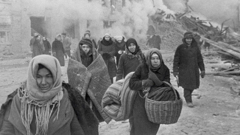 Los ciudadanos de Leningrado abandonan sus casas tras las bombas. (Israel Ozerskiy / https://www.tassphoto.com/ru)