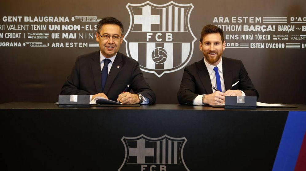 Foto: Josep María Bartomeu y Messi, firmando el contrato. (FCBarcelona)