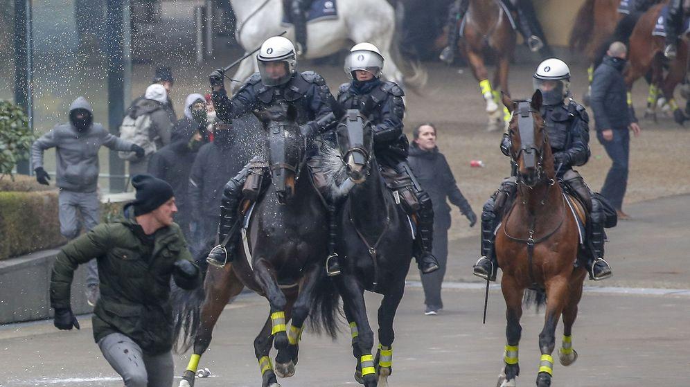 Foto: Miembros de la policía montada marchan contra los miembros de la ultraderecha flamenca durante los disturbios. (EFE)