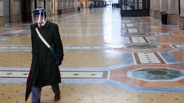 Un hombre camina en la desierta Galleria Vittorio Emanuele en Milán, Italia. (EFE)