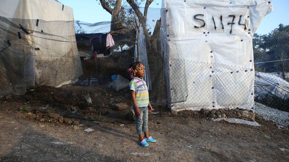 Foto: Una niña junto a una tienda de campaña en el campo de refugiados de Moria, en la isla de Lesbos. (Reuters)