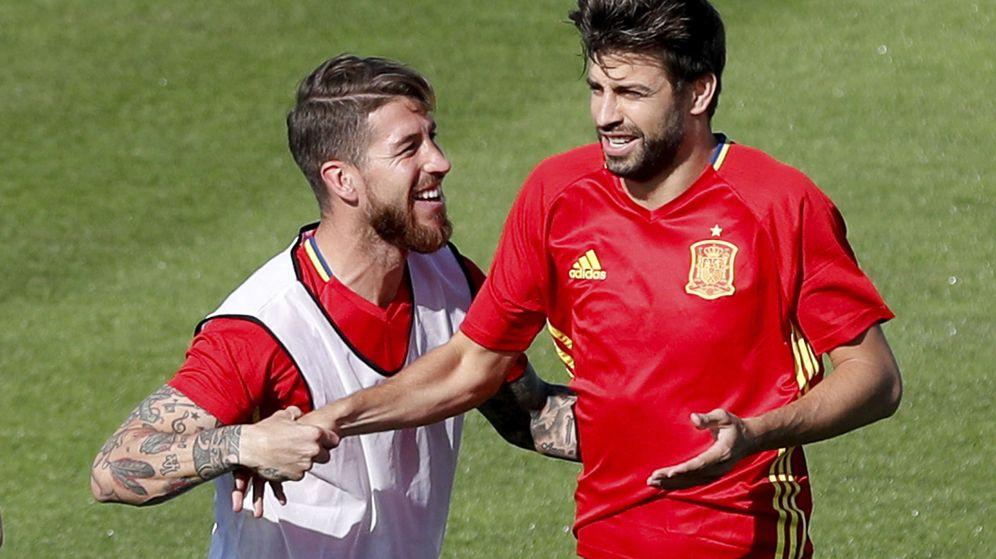 Foto: Sergio Ramos y Gerard Piqué forman la pareja de centrales de la Selección desde el 2009. (EFE)