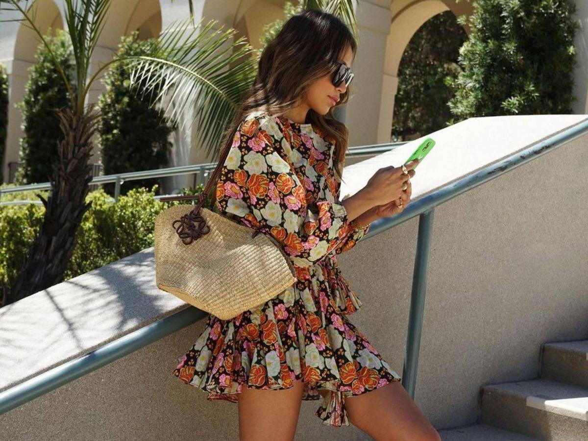 Foto: La influencer Julie Sariñana, con un bolso capazo. (Instagram @sincerelyjules)