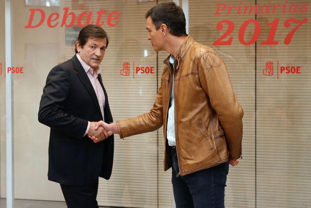 Foto: Javier Fernández, aún como presidente de la gestora del PSOE, recibe a Pedro Sánchez en Ferraz el día del debate, el pasado 15 de mayo. (EFE)