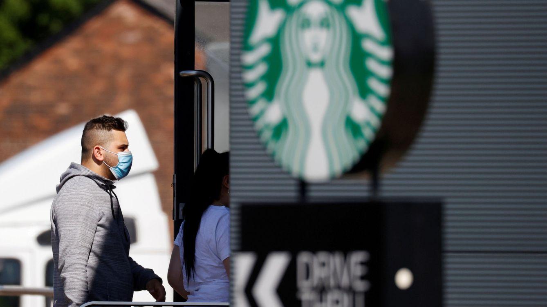 ¿Las mascarillas funcionan? Así se libraron del covid-19 los empleados de un Starbucks