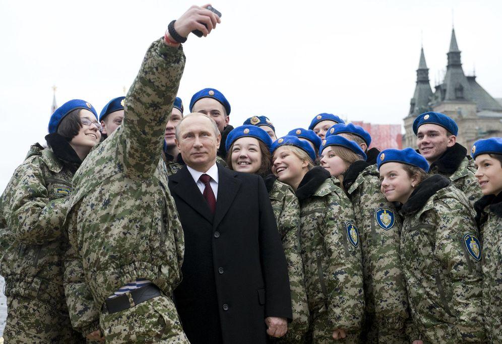 Foto: Vladimir Putin posa con miembros del club militar Vympel durante una ceremonia en Moscú, el 4 de noviembre de 2015. (Reuters)