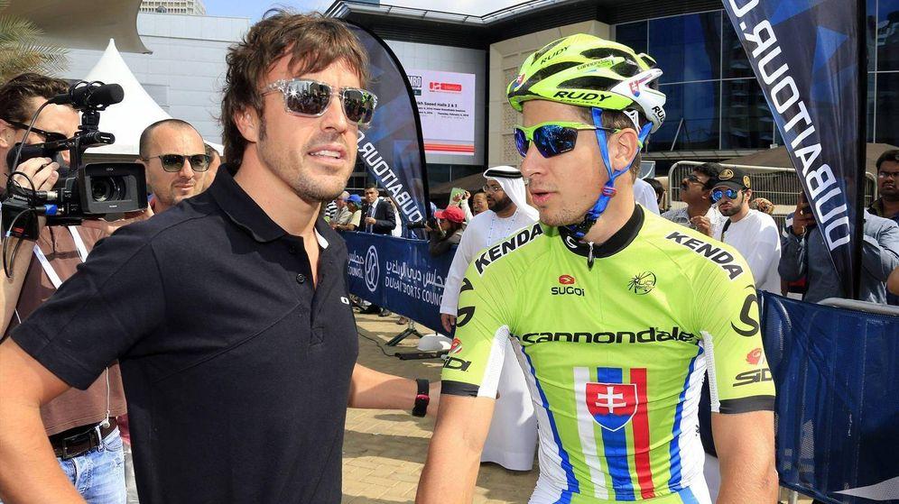 Foto: Alonso charla con el ciclista Peter Sagan, que sonó como uno de los precontratados por su equipo. (Reuters)