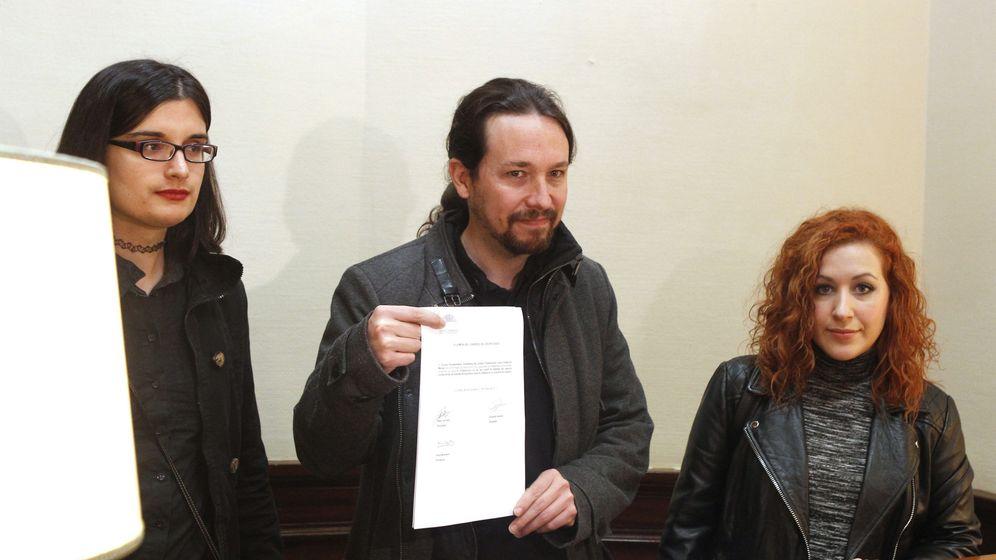 Foto: Pablo Iglesias, acompañado por la tuitera Cassandra Vera y la diputada Sara Carreño, presentan en el Congreso una PNL para reformar el delito de enaltecimiento del terrorismo en el Código Penal. (EFE)