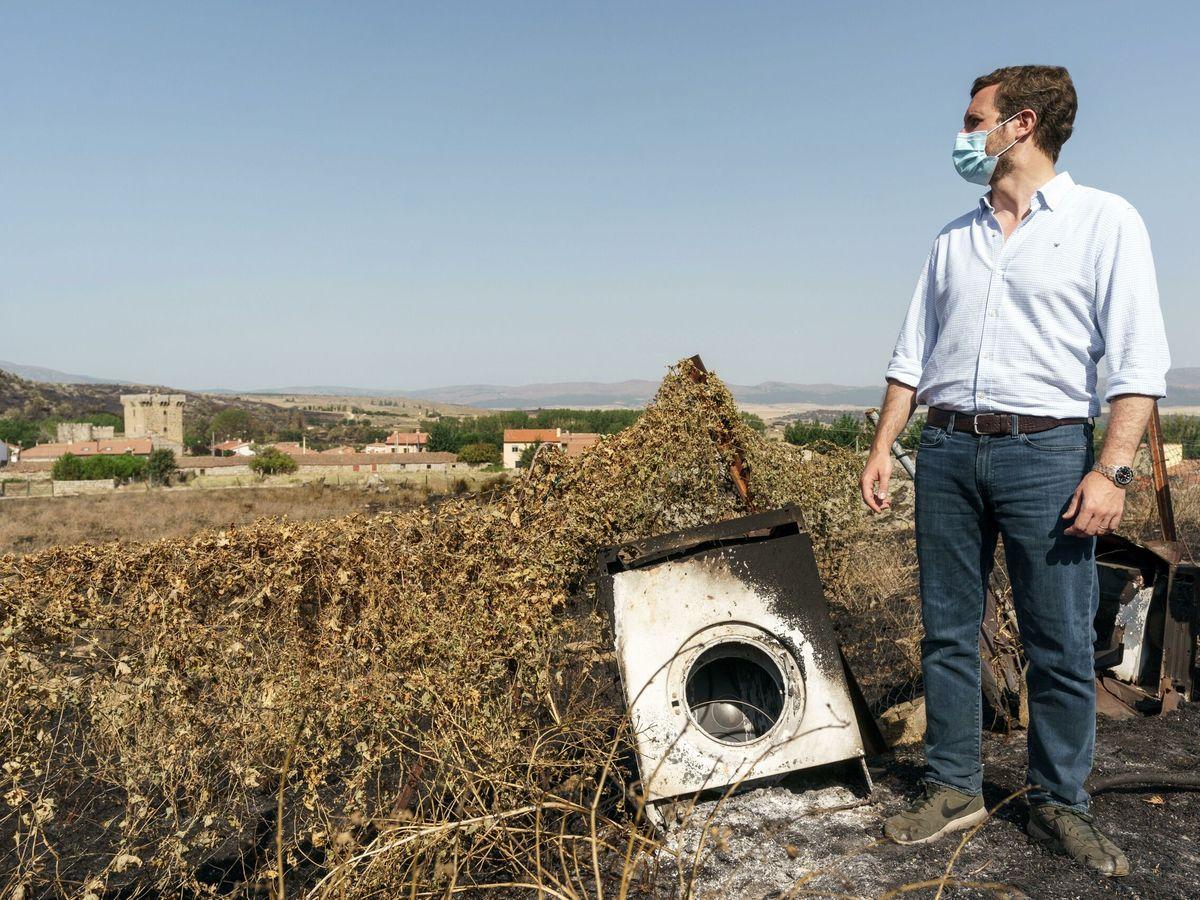 Foto: El presidente del PP, Pablo Casado, durante la visita realizada este martes a Villaviciosa. (EFE)