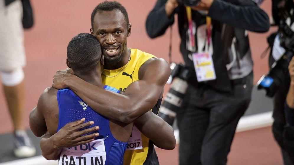 Foto: Bolt abraza a Gatlin tras la carrera. (Reuters)