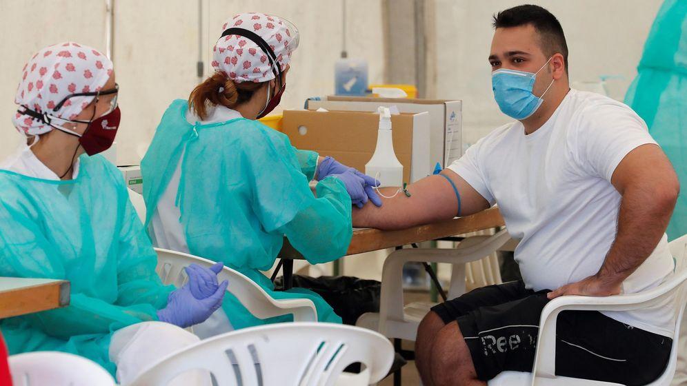 Foto: Un hombre se somete a los test para el estudio de seroprevalencia este lunes a la localidad madrileña de Torrejón de Ardoz. (EFE)