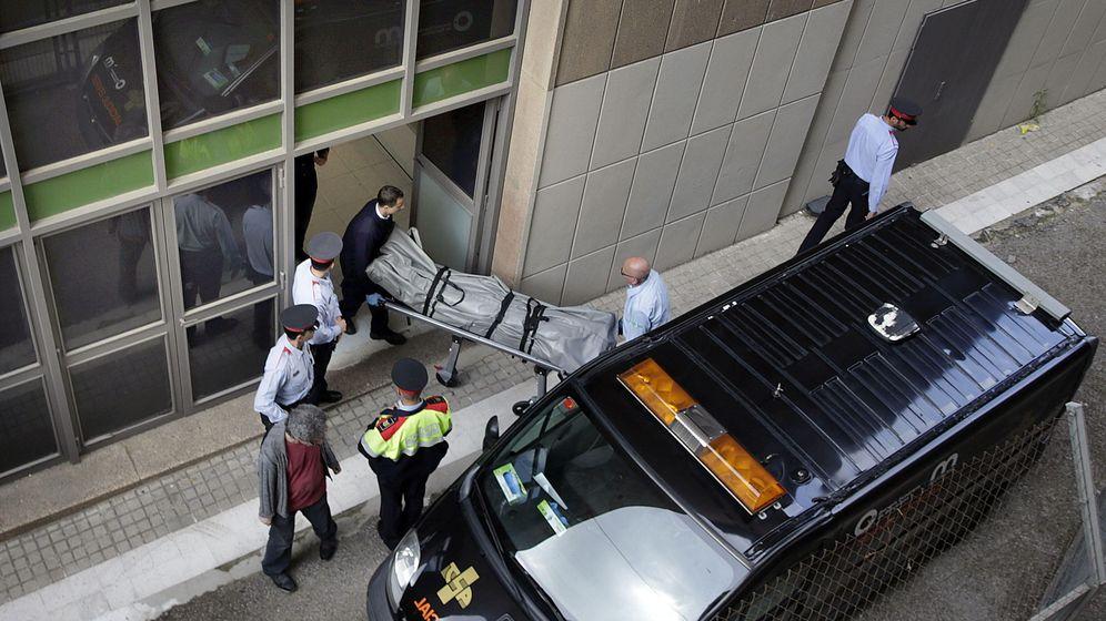 Foto: Funerarios retiran el cadáver del profesor asesinado por un alumno en el instituto Joan Fuster de Barcelona (EFE)