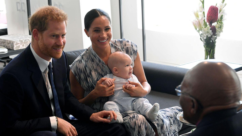 Los Sussex, con Archie durante su viaje a Sudáfrica. (Reuters)