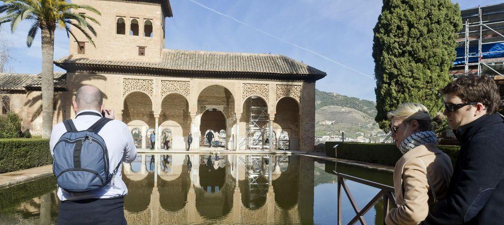 Foto: Un grupo de turistas visitando La Alhambra de Granada (Efe)