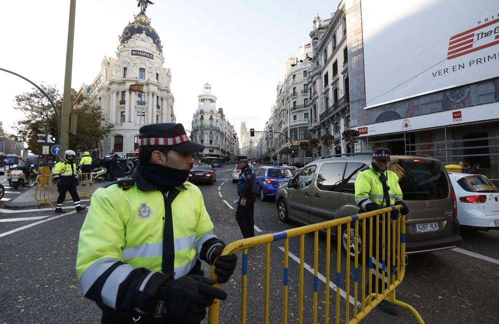 Foto: Un agente de la Policía Municipal, en la Gran Vía. (EFE)