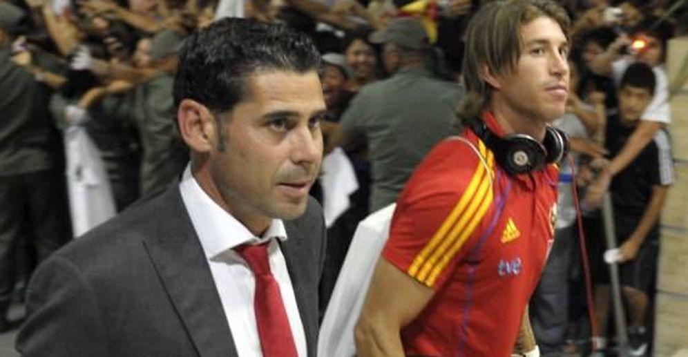 Foto: Fernando Hierro, con Sergio Ramos, durante su etapa en la Federación Española de Fútbol. (EFE)