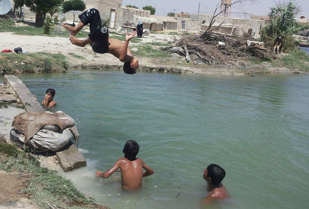 Foto: Niños de Raqqa juegan en el agua, en una fotografía tomada por uno de los sirios entrevistados.