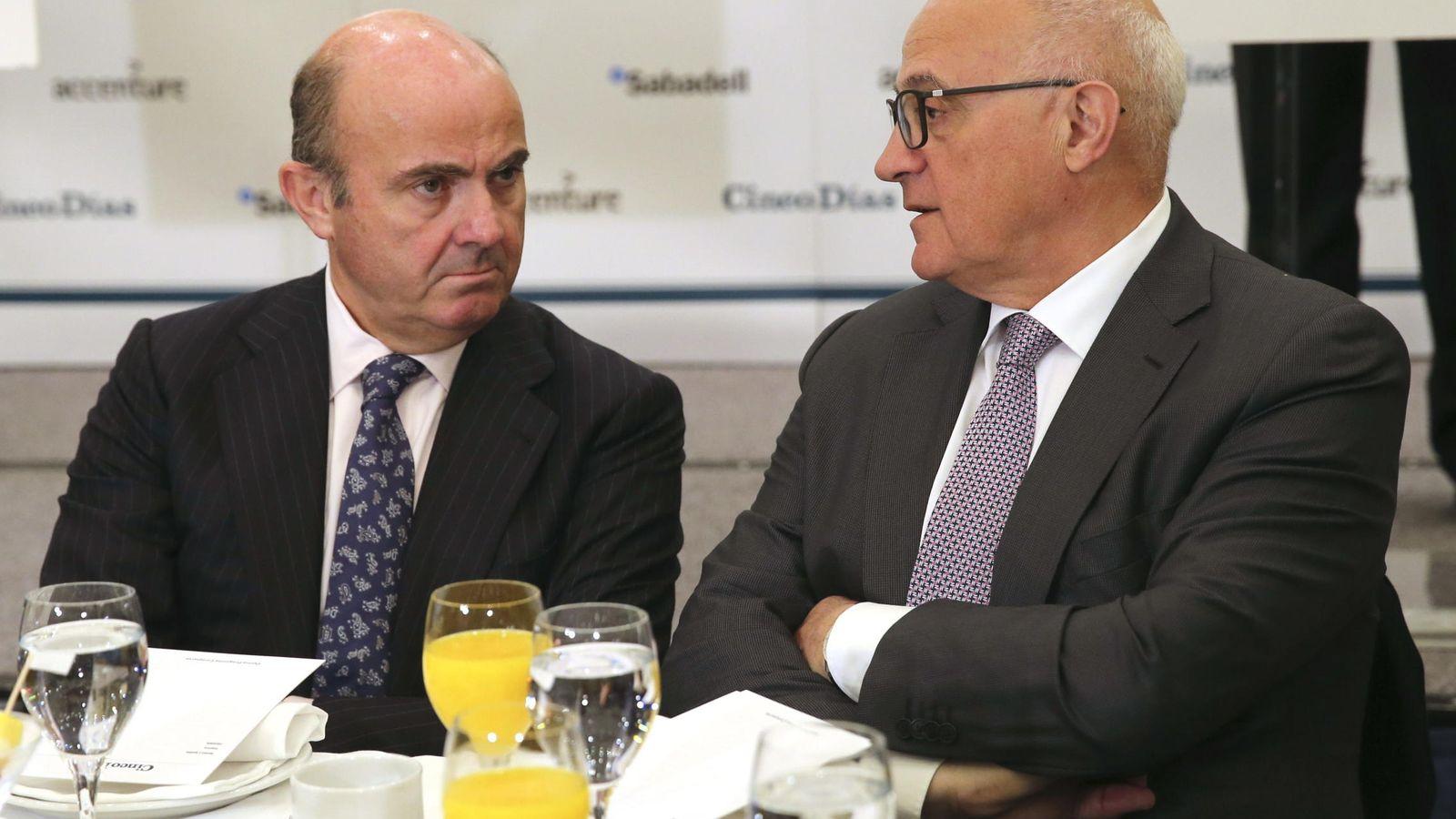 Foto: Luis de Guindos y Josep Oliu, presidente del Sabadell, en un desayuno. (EFE)
