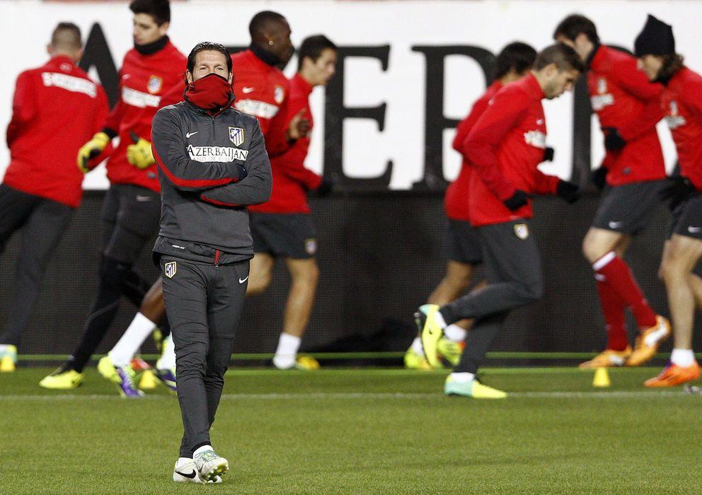 Foto: Simeone, con sus futbolistas al fondo durante un entrenamiento reciente del Atlético de Madrid.