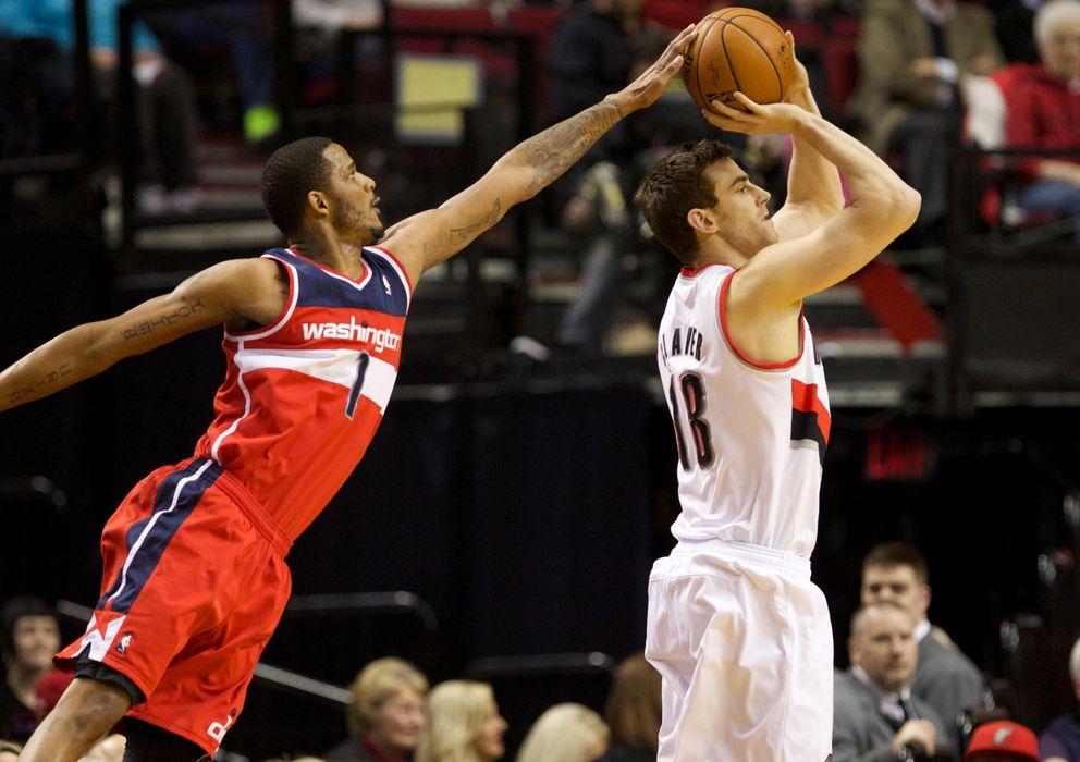 Foto: Trevor Ariza, ahora en los Rockets, tapona el tiro de Claver durante un partido de la pasada campaña.