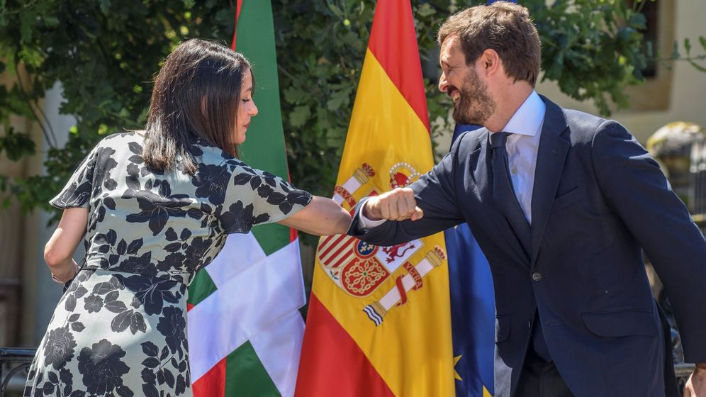 Foto: La presidenta de Cs, Inés Arrimadas, y el del PP, Pablo Casado, se saludan en un acto de campaña de la coalición PP+Cs en Euskadi. (EFE)