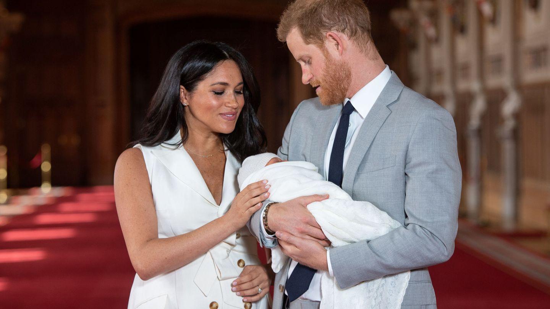 Los duques de Sussex con su hijo. (Reuters)