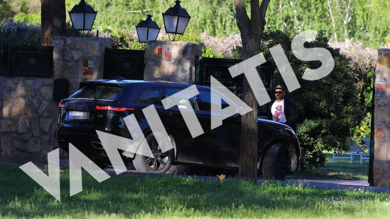 El coche del artista a la entrada de la casa. (VA)