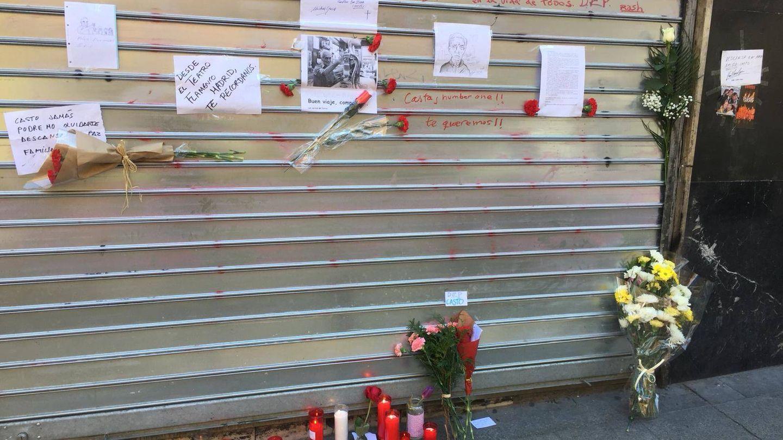 La persiana de El Palentino ha amanecido cubierto de mensajes, dibujos, flores y velas.