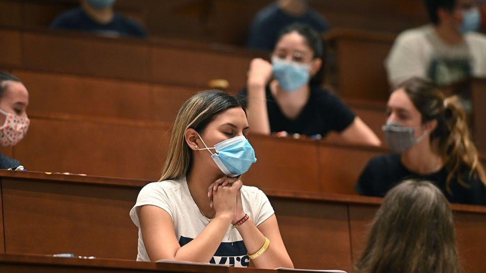 Foto: Una estudiante se concentra antes de las pruebas en Madrid (EFE)