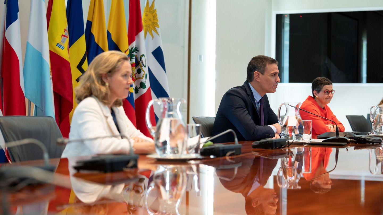 Pedro Sánchez, la vicepresidenta tercera y ministra de Asuntos Económicos, Nadia Calviño (i), y la ministra de Asuntos Exteriores, Arancha González Laya, se reúnen por videoconferencia con diez líderes de países de América Latina y el Caribe y representantes de instituciones como el FMI o el Banco Mundial para pedir nuevas formas de financiación para América Latina, el pasado 24 de junio en la Moncloa. (EFE)