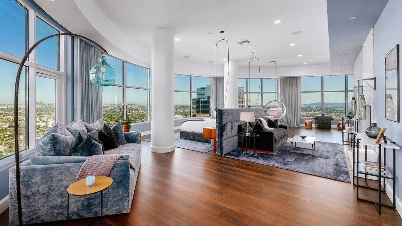 La habitación principal del penthouse de Matthew Perry. (Cortesía de gregcolhomb.com)