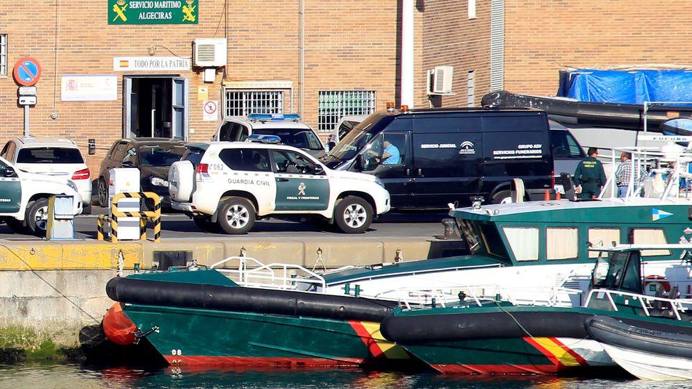 Foto: El vehículo de la funeraria se dispone a trasladar el cuerpo del niño fallecido ayer en aguas de Algeciras al ser arrollada por una lancha neumática. (EFE)