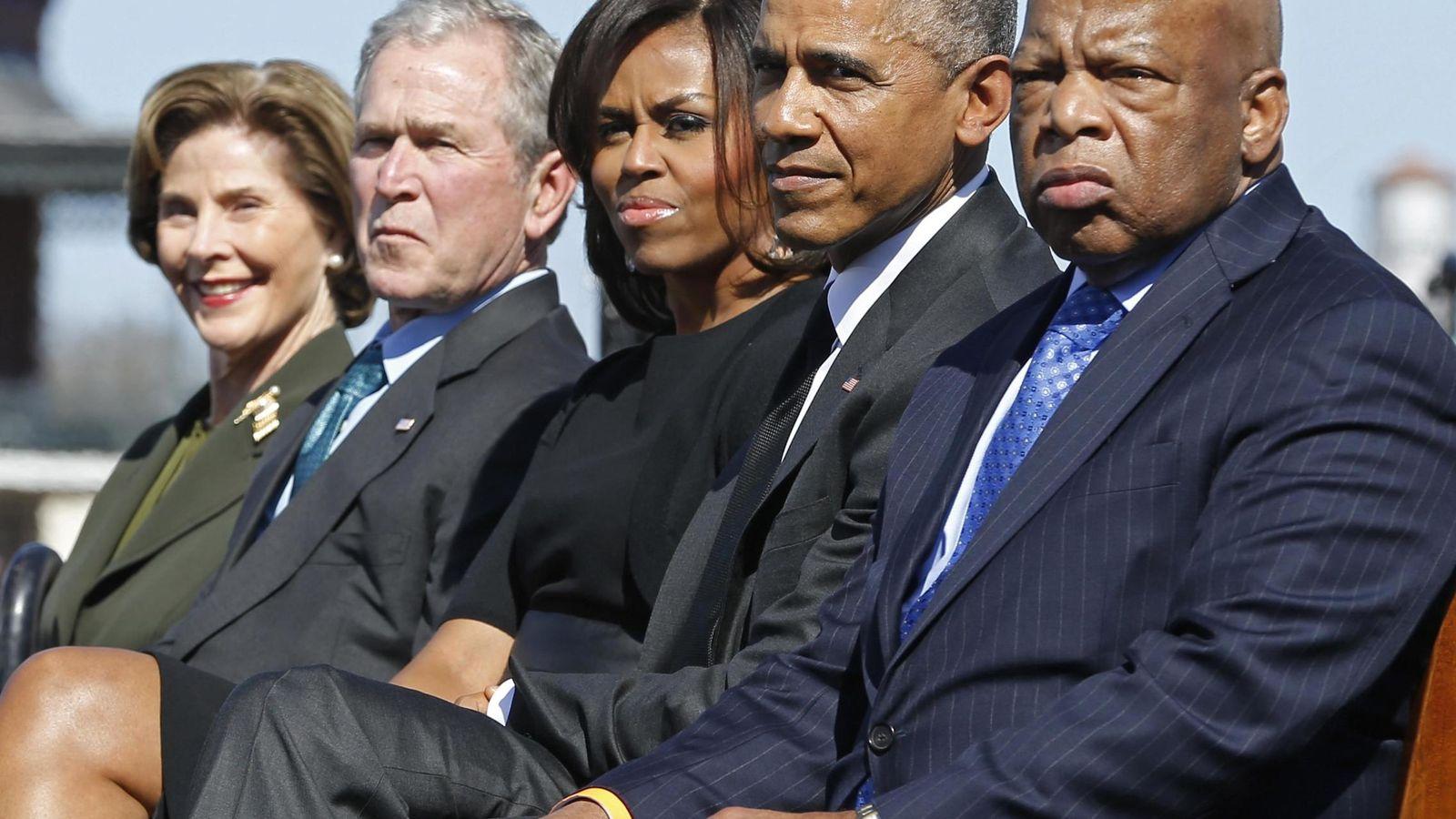 Foto: La pareja Bush junto a la pareja Obama en Alabama (Reuters)