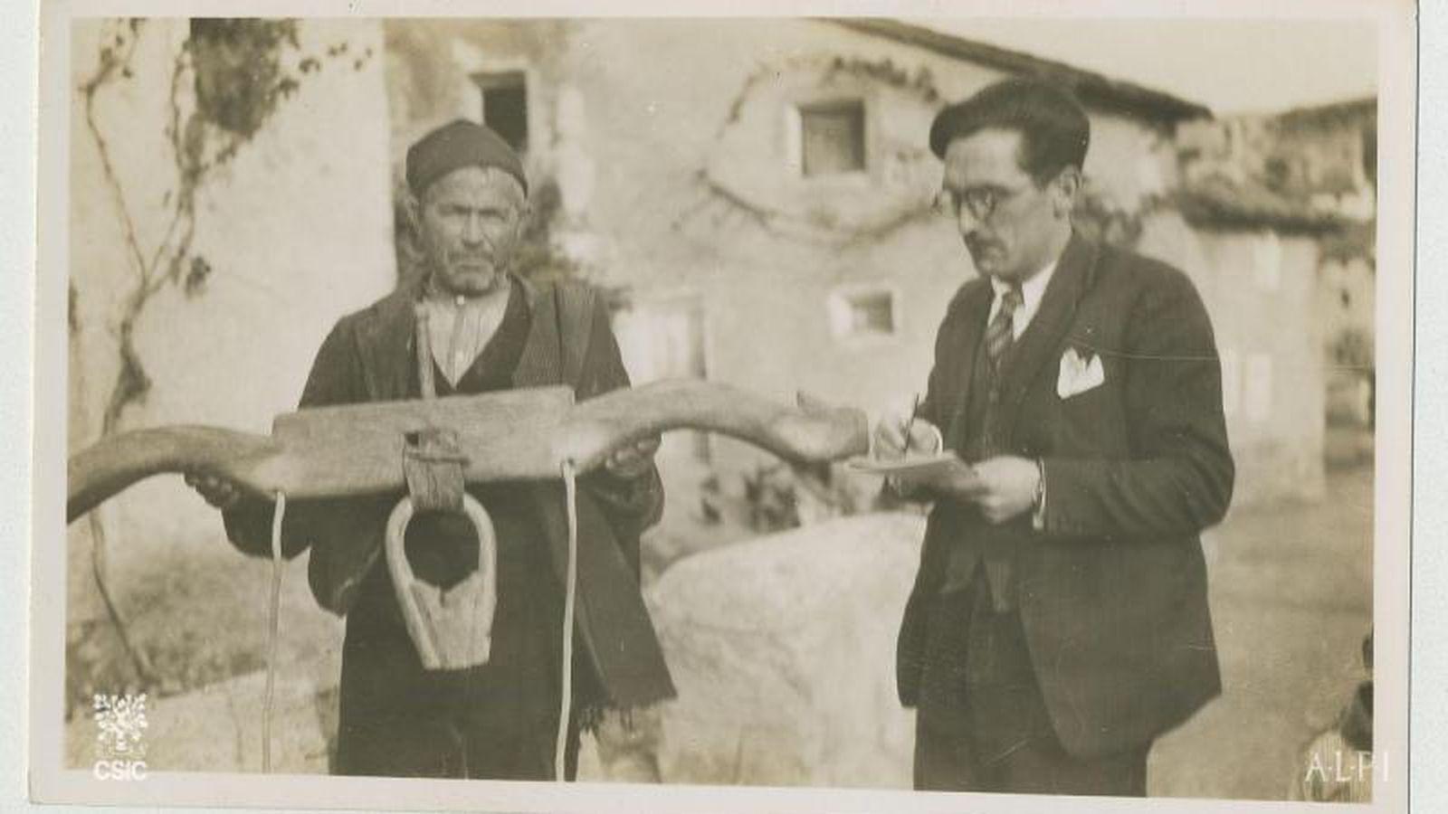 Foto: Lorenzo Rodríguez-Castellano encuestando en Codos (Zaragoza), para el Atlas Lingüístico de la Península Ibérica, entre 1931-1936. (CSIC)