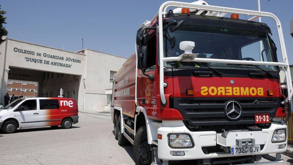 Foto: Imagen de un coche de bomberos en la entrada al recinto de la escuela de la Guardia Civil de Valdemoro el día de la explosión. (Efe)