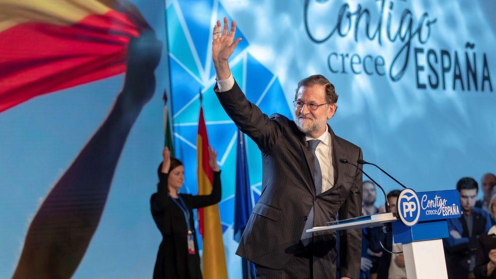 Foto: El presidente del Gobierno, Mariano Rajoy, saluda tras su intervención en la clausura de la convención nacional del PP. (EFE)