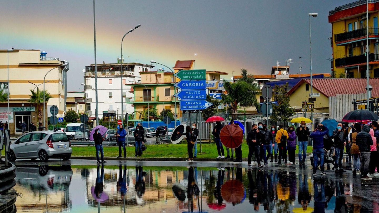 Manifestantes bloquean una rotonda este jueves para protestar por el confinamiento en Arzano, Nápoles, en la región de Campania (Italia). (EFE)
