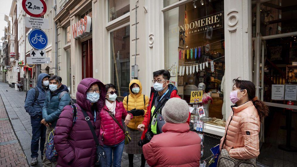 Foto: Turistas con mascarillas en Ámsterdam. (Reuters)